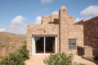 Kasbah tabelkoukt vacances et voyage mirleft - Maison en pierre giordano hadamik architects ...